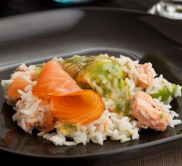 Recetas de cuarentena: Ensalada nórdica de arroz y salmón al eneldo.