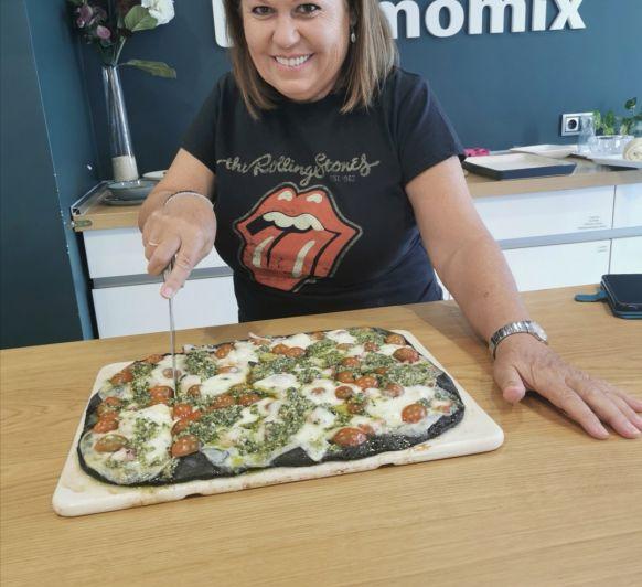 Pizza di nero de sepia y pulpo con pesto de almendras