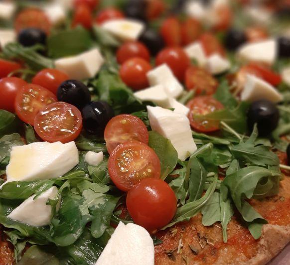 Pizza Integral con tomates cherry, rúcula y mozarella fresca