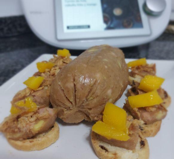 Turrón de foie con cebolla frita y mango