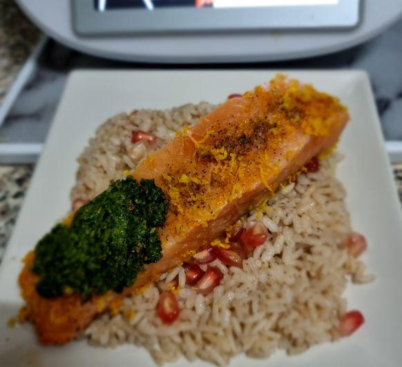 Salmón, arroz con Granada y pesto de canónigos
