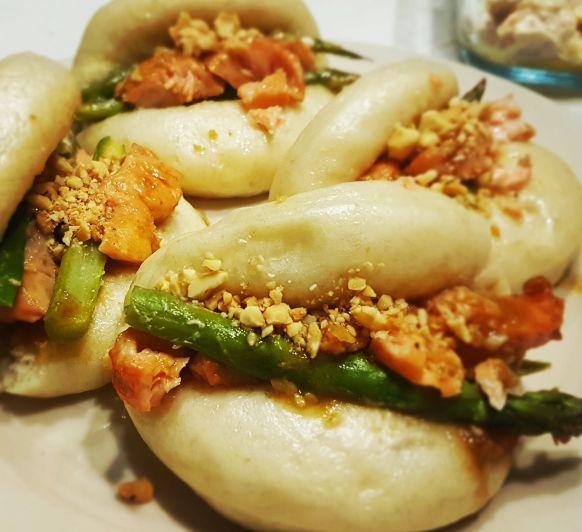 Pan bao con salmón y espárragos