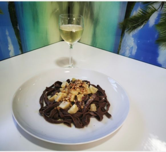 Tagliatelle de cacao con gorgonzola, pera y nueces